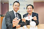 翁建霖教授(右)和黃陟峰博士(左)研發幹細胞納米培養器材(黃手持的儀器),透過鍍有納米層的培養板,刺激幹細胞分化細胞,可減少細胞變異的風險。(浸會大學提供)