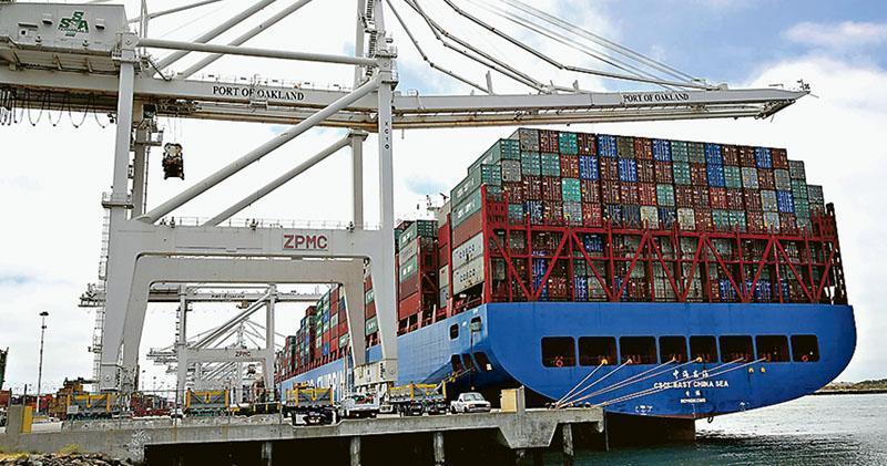 美國總統特朗普威脅要對再對2000萬美元的中國商品加徵10%的關稅,中國表示將不得不作出數量型和質量型結合的報復。圖為一艘中國貨櫃船20日停泊在加州奧克蘭港。(法新社)
