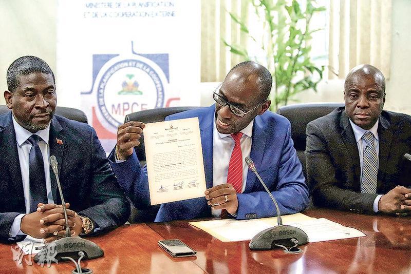 海地規劃和對外合作部長弗勒朗上周三展示政府關於樂施會性醜聞的決議聲明。(路透社)
