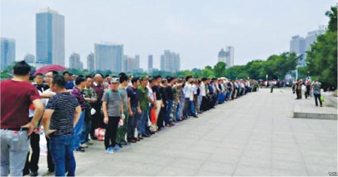 連日來都有大批老兵在鎮江市政府前列隊抗議。(網上圖片)