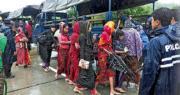 緬甸國營通訊社本月13日發放相片,顯示當局11日在若開邦對出海岸截獲一艘載有羅興亞和孟加拉穆斯林婦女的船,當時該船開往馬來西亞途中出了故障。圖為緬甸警車載走上岸後的船上婦女。(法新社)