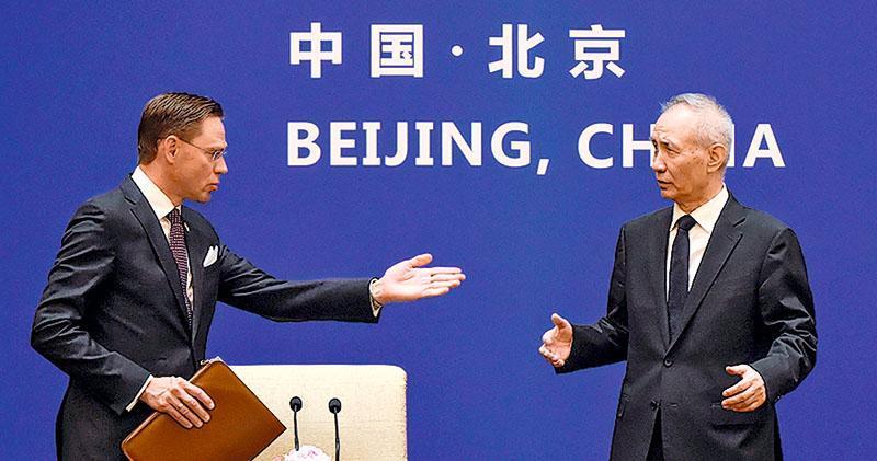 第七次中歐經貿高層對話昨在北京舉行。國務院副總理劉鶴(右)和歐委會副主席卡泰寧(左)共同主持對話。(法新社)