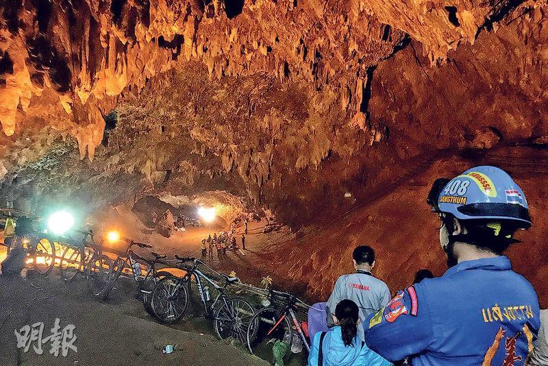 救援人員昨在清萊府的地下洞穴嘗試拯救被困的13名U16足球隊員。(路透社)