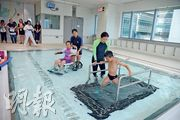 兒童醫院設有全港首個具備升降台的水療池,可連人帶輪椅將行動不便的兒童推入水池。水療池長6米、闊4米,升降台可調節水深,最高達1.7米,水池亦設有水中跑步機,透過水療可訓練兒童的核心肌肉群、心肺功能及平衡力等。(黃志東攝)