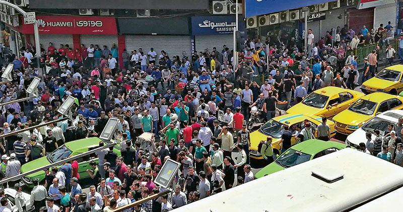 伊朗首都德黑蘭的手機市場周邊周一有示威者聚集。(法新社)