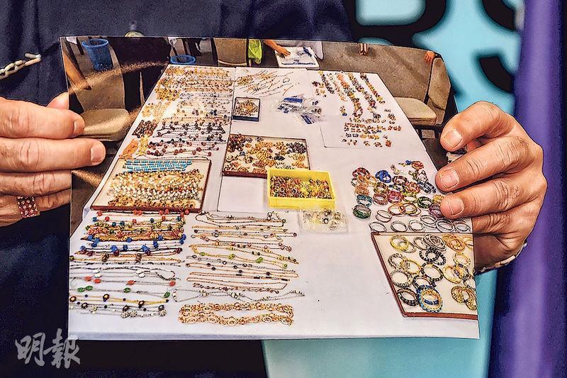 馬來西亞警方昨天以照片形式展示從卸任首相納吉布物業檢獲的大量珠寶首飾。(法新社)
