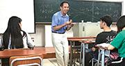 學生上載尤盛東上課的相片,認為尤講課有活力,希望他可繼續在嘉庚學院教學。(網上圖片)
