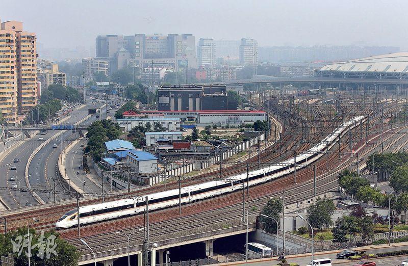 目前世上最長高鐵——加長版復興號昨日徐徐駛出北京南站(圖),該車長414.26米,設1193個座位,時速達350公里。(中新社)