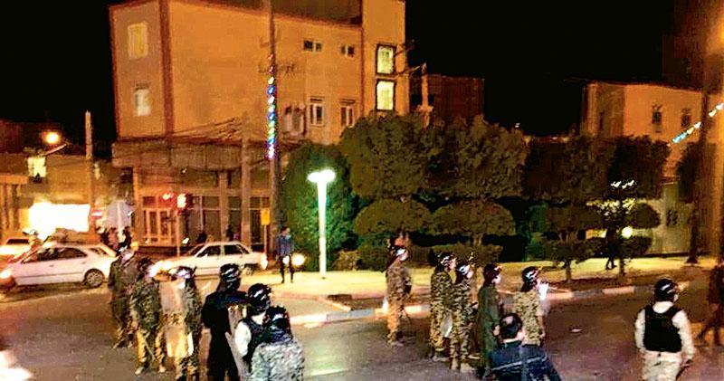 霍拉姆沙赫爾市面上周六有穿上防護裝備的警員戒備。(網上圖片)
