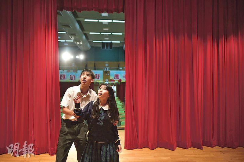 就讀匯知中學的中四生楊浩然(左)和何欣童(右)小學時就讀同一地區名校,兩人均成績不佳,常被教師及家人責備致自信心低落。兩人升中後被老師發掘參與戲劇學會,逐漸找到自己的才能及價值,兩人在學校戲劇節中同獲傑出演員獎。(蘇智鑫攝)