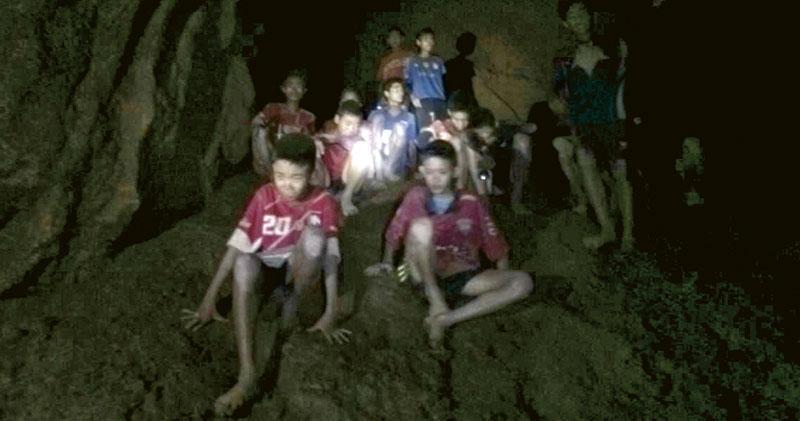 少年足球隊員及教練周一被發現在洞內一處突出水面的岩石上暫時棲身。(新華社)