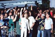 大馬前首相納吉布的支持者昨日在反貪委員會總部集會,聲援納吉布。(路透社)