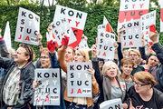 華沙最高法院外,昨有群眾聚集支持最高法院院長堅拒被迫退休。(法新社)