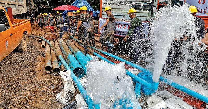 泰國當局昨出動工業用水泵加緊排出洞內的水,希望盡快救出被困的足球員及教練。(路透社)