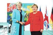英國首相文翠珊(左)昨訪問柏林,與德國總理默克爾(右)會面,商討今日提交內閣討論的脫歐關稅方案。(法新社)