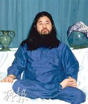 策動東京地鐵沙林襲擊的奧姆真理教教主麻原彰晃昨被處決,圖為他1990年照片。(法新社)