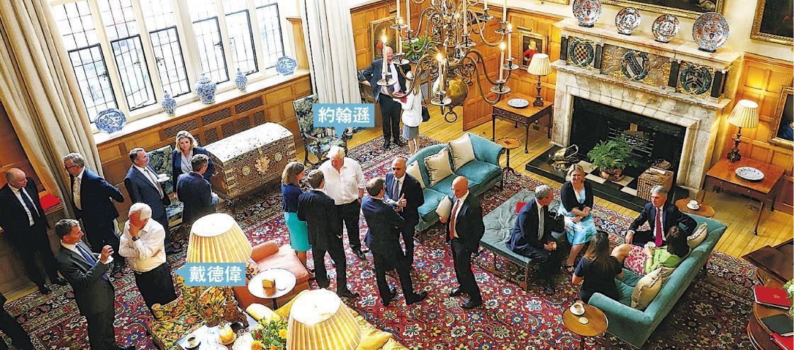 英國首相文翠珊(不在鏡頭內)上周五(6日)與外相約翰遜(中間白衫)、戴德偉(左前二)等閣員,在契克斯(Chequers)首相莊園討論英國脫歐方案。(路透社)
