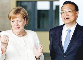 中國總理李克強(右)和德國總理默克爾(左)昨日共同參觀無人駕駛汽車廠。據報道,二人在前日的會談中有提到人權問題。(法新社)