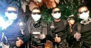 泰國海豹部隊facebook網頁昨晚貼出相片,表示4名協助救人的隊員從洞內全身而退。(網上圖片)