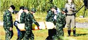救援人員周一把不見天日逾半個月的少年包好,免他受陽光照射,用擔架抬由救護車抬上直升機,移送醫院。(路透社)