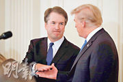 美國總統特朗普(右)周一宣布,提名現任哥倫比亞特區巡迴上訴法院法官卡瓦諾(左)為最高法院大法官。(路透社)