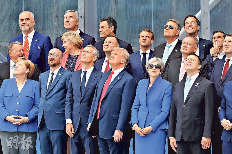 德國總理默克爾(前排左一)、美國總統特朗普(前排左四)、英國首相文翠珊(前排左五)、法國總統馬克龍(第二排左四)等領袖,昨在布魯塞爾的北約總部拍攝大合照。(路透社)