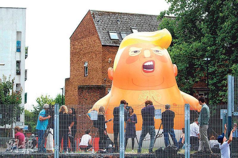 倫敦民眾發起示威,抗議美國總統特朗普訪問英國。示威者於周二把一個「特朗普嬰兒氣球」充氣。(法新社)