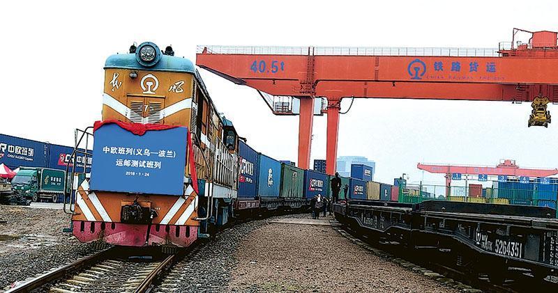 中國官方表示,中歐班列自2011年3月首次開行以來,截至今年6月底,累計開行已突破9000列,運送貨物近80萬個貨櫃,到達歐洲14個國家42個城市,運輸網路覆蓋亞歐大陸的主要區域。圖為今年1月,由浙江義烏開往波蘭的一列中歐班列。(路透社)