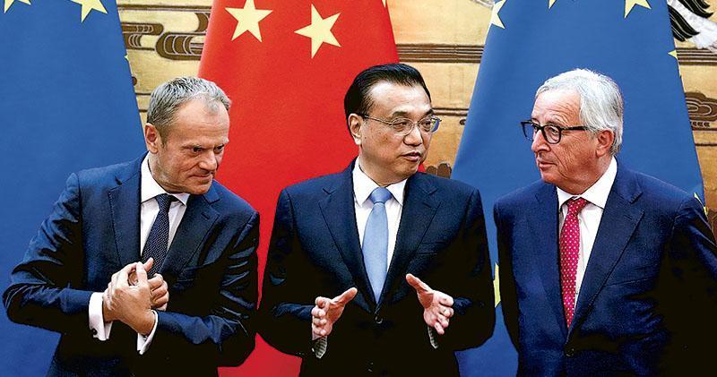 中歐領導人會晤昨在北京人民大會堂舉行,會後中歐發表聯合聲明,總理李克強(中)、歐盟委員會主席容克(右)和歐洲理事會主席圖斯克(左)一起舉行記者會。(路透社)