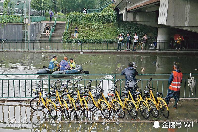 北京昨受暴雨襲擊,多處地段開啟「看海」模式,回龍觀積水嚴重,地鐵站下變成「海洋」,要以橡皮艇代步。(網上圖片)