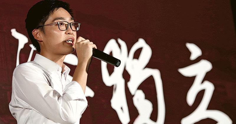 政府擬禁止提倡港獨的香港民族黨繼續運作,民族黨批評此舉是「純粹的政治決定」。圖為該黨召集人陳浩天前年8月在金鐘添馬公園舉行首次港獨集會,出席者包括其他被取消立法會參選資格的人。陳浩天昨表示,會與律師跟進政府擬取締民族黨一事。(資料圖片)