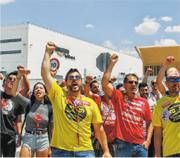 西班牙的亞馬遜物流倉庫工人周一罷工,要求亞馬遜改善待遇。(網上圖片)