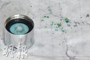 葵翠邨碧翠樓一個單位的水龍頭濾嘴內藏有綠色異物(右方碎粒)。住戶曾太表示,前晚曾清洗濾嘴,昨早再清洗,至昨午仍發現不明雜質。有水喉匠指出,綠色異物是焊接用的松香膏物質。(馮凱鍵攝)
