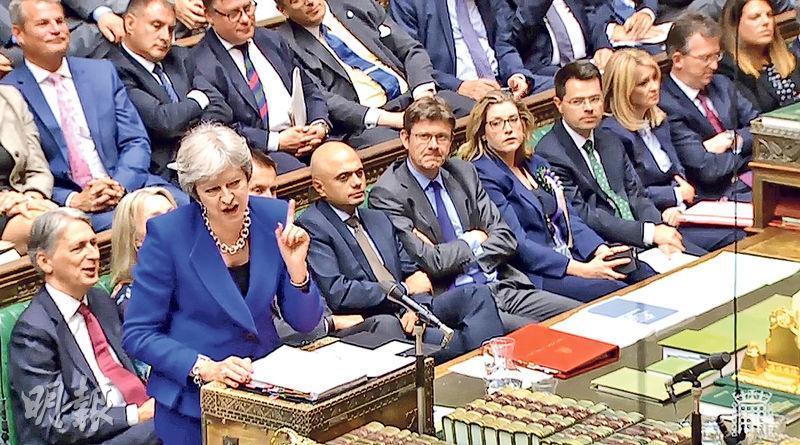 英國首相文翠珊(前)昨日出席下議院的首相答問環節。(法新社)