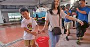 水務署昨天派出水車到葵翠邨,居民攜膠桶取水。水務署新界西區(署任)總工程師彭國勳表示,居民如仍擔憂,可到水車取水,局方未有計劃撤走水車。(馮凱鍵攝)