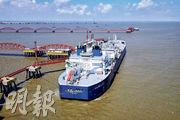 俄羅斯北極圈內的液化天然氣(LNG)首次通過北極東北航道運抵中國。圖為運載液化天然氣的破冰LNG運輸船昨日停泊江蘇如東。(法新社)