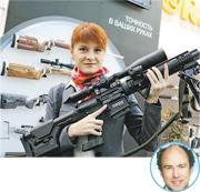 29歲俄羅斯女子布廷娜在網上貼有她持槍的照片(上圖)。美國調查指,她與一名56歲男子同居,懷疑藉此方便在美活動。傳媒揣測涉事男子是南達科他州保守派政治活動家埃里克森(圓圖)。(網上圖片)