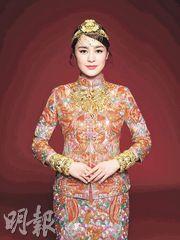 阿嬌拍攝中式婚嫁珠寶廣告時一臉幸福。