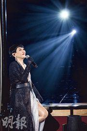 陳潔靈穿黑白色閃亮長裙登場,獻唱多首經典金曲。(攝影:劉永銳)