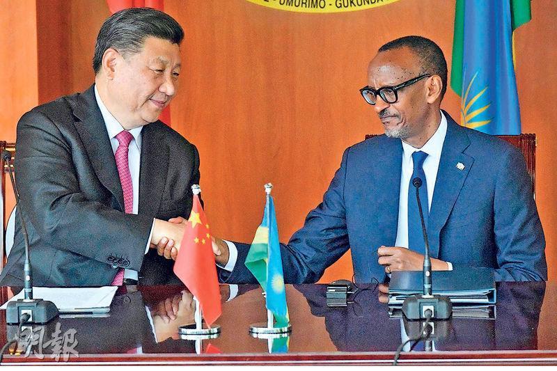 國家主席習近平(左)和盧旺達總統卡加梅昨在盧旺達的基加利州議院會談。(法新社)