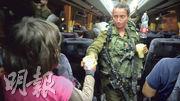 以軍周日公開周六晚撤走白頭盔行動的片段,可見一名以兵向白頭盔成員的家人遞上食水。(法新社)