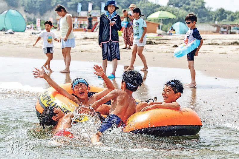 福島縣相馬市原釜尾浜海灘上周六(21日)重開,是自2011年3.11核事故後,事隔8年首次重開,不少兒童湧到海灘玩樂。(網上圖片)