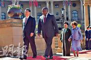 國家主席習近平(左一)昨抵南非訪問,南非總統拉馬福薩(左二)舉行歡迎儀式,後為習夫人彭麗媛(右二)和拉馬福薩夫人莫采佩(右一)。(網上圖片)