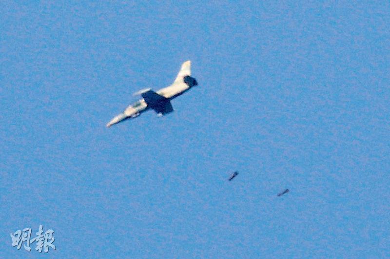 一架戰機周一在接近戈蘭高地的敘利亞德拉省投下炸彈。(法新社)