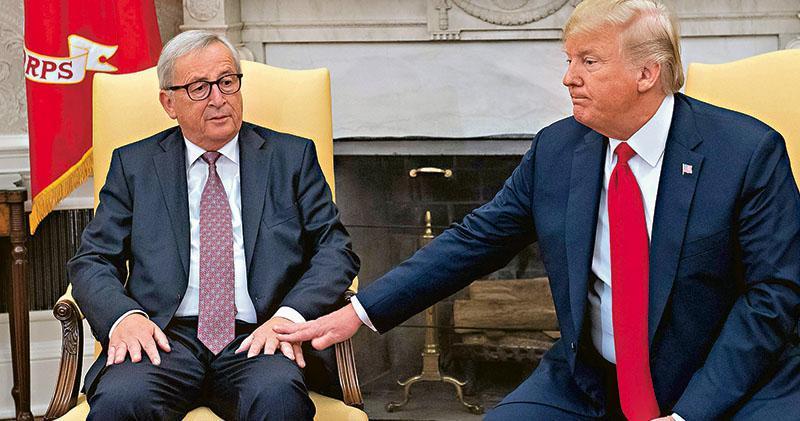歐盟委員會主席容克(左)與美國總統特朗普(右)周三於白宮的橢圓形辦公室會面,討論美歐貿易問題。(法新社)