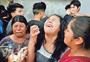 非法入境美國的危地馬拉女子卡門(中)尚未能與女兒團聚,就被美國遣返回國,周四看見親友後一直痛哭。(路透社)