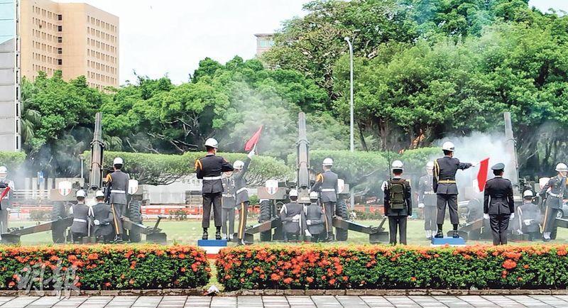 禮炮營計彈員發現第三門禮炮卡彈後舉起紅旗。(網上圖片)