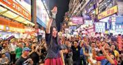 有表演者猶如舉行迷你演唱會,獻唱多首歌曲,部分市民手持熒光棒及發光道具支持,一同盡興。(蘇智鑫攝)