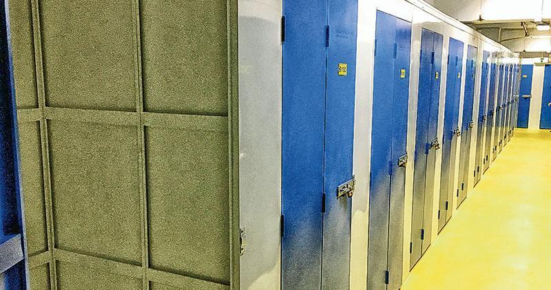 消防處發出的通知書規定,儲存倉之間須有最少2.4米距離。不過申請人位於西環的迷你倉,其儲存倉之間未達規定要求的距離,亦未有在外牆安裝救援窗口。(楊柏賢攝)