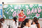 容祖兒(紅衫)在廣告中化身日本高校老師。